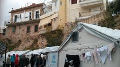 Griekenland heeft vijf hotspots waar zestienduizend asielzoekers worden opgevangen: op de eilanden Chios, Lesbos, Leros, Samos en Kos. De meeste mensen zitten vast op Chios, Lesbos en Samos. Naast deze officiële opvang worden mensen ook in andere kampen of hotels opgevangen.