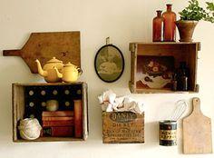 Caixotes de madeira e outros objetos antigos juntos numa miscelânea