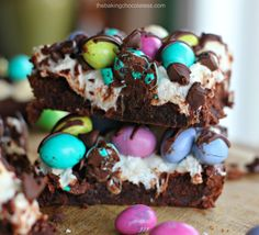 """M&M Easter Egg Marshmallow Fudge Brownies - """"Awesome as heck"""" Easter gourmet brownies to serve for your Easter family fun No Egg Desserts, Potluck Desserts, Easy Desserts, Delicious Desserts, Dessert Recipes, Yummy Food, Perfect Chocolate Chip Cookies, Chocolate Chip Oatmeal, Marshmallow Fudge"""