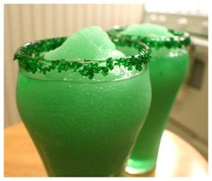 """Recipe For Everybodys Irish - 10 Cocktails for St. Patricks Day - The saying goes that """"Everybody is Irish, at least on St. Patrick's Day."""" So what better way to start off our list of delish St. Patty's Day drinks than with… Fun Drinks, Yummy Drinks, Yummy Food, Beverages, Alcoholic Drinks, St Patricks Day Drinks, Think Food, Irish Eyes, Liqueur"""