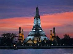 Bangkok: This temple is considered to be the most famous and photographed temple in Bangkok, which features a soaring 70-meter-high spire decorated with tiny pieces of colored glass and Chinese porcelain.