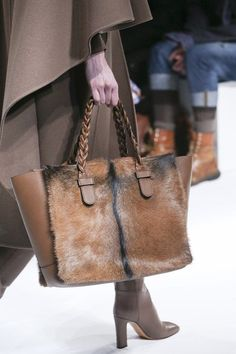 Introducing the Valentino Fall/Winter 2014 Runway Bag Collection. This season Valentino created gorgeous braided handled shopping totes and clutch bags Fall Handbags, Tote Handbags, Purses And Handbags, Leather Handbags, Leather Bag, Brown Leather, Best Bags, Shopper, Braided Leather