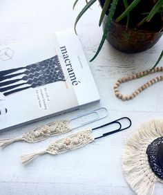 toy frauen Office Ideas For Women Plants baby teether baby toy dreamcatcher hilo oppskrift Macrame Design, Macrame Art, Macrame Projects, Macrame Knots, Macrame Jewelry, Trombone, Gifts For Women, Gifts For Her, How To Make Bookmarks