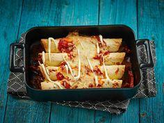 Enchiladat ovat täytettyjä maissitortilloja ja monen texmex-suosikkeja! Kuorruta uunissa valmistuvat rullat salsakastikkeella ja juustoraasteella. Tarjoa... Lasagna, Good Food, Food And Drink, Dinner, Drinks, Ethnic Recipes, Desserts, Lovers, Foods