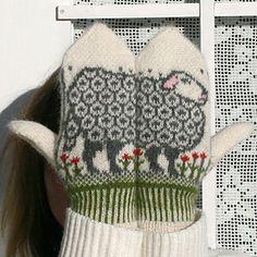 Sheep Mittens - by Jorid Linvik, using Garnstudio DROPS Alpaca. Aren't these the cutest? Cute Sewing Projects, Knitting Projects, Knitting Patterns, Crochet Patterns, Mittens Pattern, Knit Mittens, Knitted Gloves, Garnstudio Drops, Fingerless Mitts