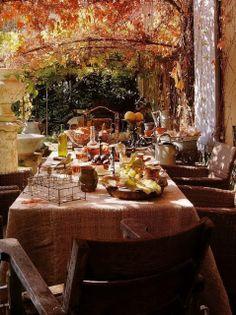 Fabulosa mesa de comedor en el exterior de una terraza con una ambientación tipicamente otoñal.
