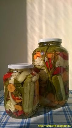 "Ezt fald fel!: Vegyes ""dobálós"" savanyúság tartósítószer nélkül My Recipes, Cooking Recipes, Favorite Recipes, Healthy Recipes, Food 52, Diy Food, Hungary Food, Canning Pickles, Hungarian Recipes"