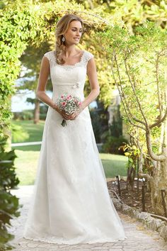 LADYBIRD VINTAGE Vintage Brautkleider by Ladybird Sehen Sie sich hier die Ladybird Vintage-Kollektion an. Diese besondere Brautmodekollektion besteht aus romantischen und eleganten Brautkleidern, die aus feinster Spitze gefertigt sind. Ein Hochzeitskleid im Vintage-Stil betont die weiblichen Linien und ist aus locker fallenden Stoffen gefertigt. Vintage