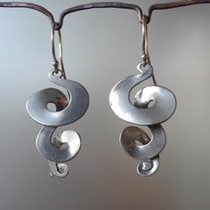 Handmade sterling silver triple curl drop earrings by BobsWhiskers on Etsy. Metal Clay Jewelry, Wire Jewelry, Jewelry Art, Jewelry Design, Jewellery Box, Handmade Silver Jewellery, Jewellery Shops, Turtle Earrings, Drop Earrings