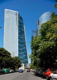Paryska dzielnica biznesu może się pochwalić kolejnym drapaczem chmur. Do użytku została właśnie oddana Tour Granite – Granitowa Wieża, której projekt powstał w pracowni Christiana de Portzamparca. Charakterystyczna forma graniastosłupa budynku sprawia, że wyróżnia się wśród pozostałych drapaczy chmur. Minimalistyczna bryła o przekroju trójkąta ostrokątnego jest jednocześnie prosta i dynamiczna. Więcej na: http://sztuka-architektury.pl/index.php?ID_PAGE=15742