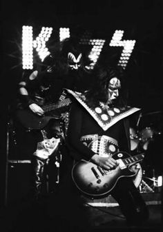 Gene Simmons and Ace Frehley Gene Simmons Kiss, Detroit Rock City, Kiss Members, Vintage Kiss, Kiss Pictures, Heavy Metal Rock, Kiss Band, Ace Frehley, Hot Band