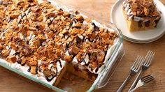 Butterfinger Poke Cake: Betty Crocker™ SuperMoist™ yellow cake mixed with peanut butter is a simple, but addictive base for this fun candy bar poke cake. Poke Cake Recipes, Poke Cakes, Dessert Recipes, Dessert Ideas, Bar Recipes, Cooking Recipes, Just Desserts, Delicious Desserts, Chocolate Flavors