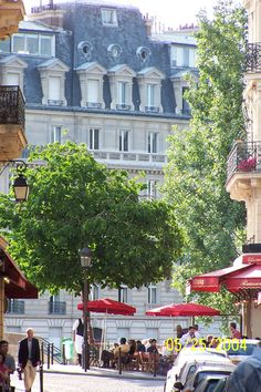 Ile St. Louis, everything you need at your fingertips: champagne, croissants, specialty shops, Notre Dame, small cafes, Paris IV.....what more could you ask for!