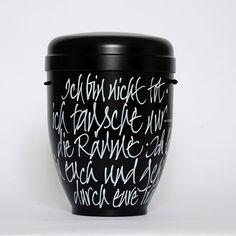 Kalligrafie Urne MICHELANGELO schwarz. Der Text auf der Urne kann nach Absprache auch individualisiert werden.