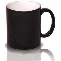 Por fuera aparenta ser una simple taza negra, pero al verter en su interior un líquido caliente o colocarla en el microondas, aparece la foto estampada!