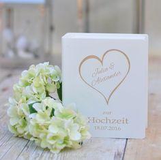 Weißes Sparbuch aus Holz zur Hochzeit. Ideal für ein Geldgeschenk, von dem man noch lange etwas hat.
