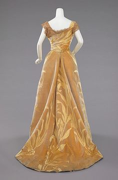 Ball gown Design House: House of Worth Designer: Jean-Philippe Worth Date: 1899 Culture: French Medium: silk Accession Number: b Vintage Outfits, Vintage Gowns, Vintage Mode, 1890s Fashion, Edwardian Fashion, Vintage Fashion, Fashion Goth, House Of Worth, Antique Clothing
