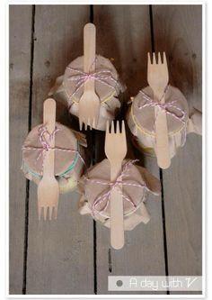 per coprire i barattoli di vetro....carta da pacco marrone e rafia colorata o filo