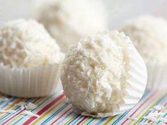 Préparation : La veille, mélanger le lait concentré avec les 200 g de noix de coco. Mettre au réfrigérateur pour toute la nuit. (si vous êtes pressé 3 heures au frigo peuvent suffire) Le lendemain, prendre une petite quantité de pâte, insérer une amande ou noisette et former une boule ave