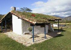 """La casa tambien tiene un techo """"verde"""" o """"vivo"""" construido con cesped. Estos techos ayudan aislar a la casa bajando los costos de energia y tambien son muy esteticos."""