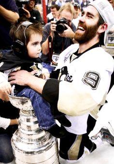 Pascal Dupuis with son Kody Pens Hockey, Ice Hockey Teams, Hockey Players, Hockey Stuff, Sports Teams, Pittsburgh Sports, Pittsburgh Penguins Hockey, Pascal Dupuis