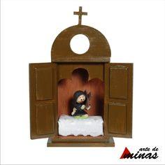 Mini oratório com portas e imagem em biscuit. www.siltoledo.com.br