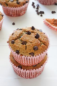 Healthy Bakery Style Chocolate Chip Muffins, substitute maple syrup for organic raw honey, (low sodium options for Baking soda/powder available by Hain* and Ener G* brands), use unrefined and cold-pressed virgin coconut oil- Simple Truth Organic* Chocolate Chip Muffins, Chocolate Chip Oatmeal, Mini Chocolate Chips, Healthy Muffins, Healthy Treats, Healthy Baking, Healthy Food, Healthy Recipes, Muffin Recipes