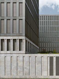 Kiefern vorm Koloss - Momentaufnahme: Ein Jahr BND-Zentrale von Jan Kleihues