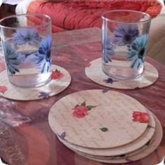 Fabric covered CDs become coasters. I could also see a bunch of these down the center of a table as a throw-down runner. Diy Crafts With Cds, Recycled Cd Crafts, Cd Diy, Home Crafts, Cd Recycle, Recycling, Reuse, Cute Coasters, Tapas
