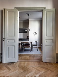 Stockholm apartment with Danish design classics Home Living, Living Spaces, Living Room, Home Design, Nordic Design, Modern Design, Planchers En Chevrons, Grey Woodwork, Interior Styling