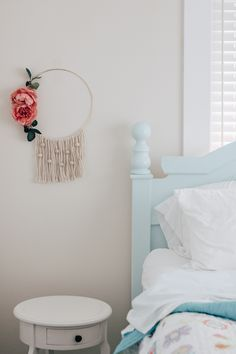 Great Tutorial for the easiest diy wall hanging with beads. Uses basic macrame knots, wooden beads and some faux flowers! By now, you know how popular these macrame wall hangings have become. Macrame Projects, Diy Projects, Clever Diy, Easy Diy, Diy Hanging Shelves, Macrame Plant Hangers, Mason Jar Diy, Diy Room Decor, Home Decor