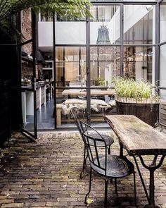 Casa em Amsterdã, Holanda. Projeto por Marius Haverkamp. #arquitetura #arte #art #artlover #design #architecturelover #instagood #instacool #instadesign #instadaily #projetocompartilhar #shareproject #davidguerra #arquiteturadavidguerra #arquiteturaedesign #instabestu #decor #architect #criative #interiores #estilos #combinações #amsterdã #holanda #mariushaverkamp