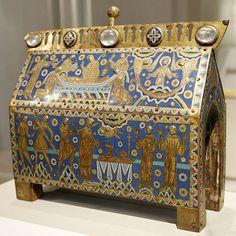 29 décembre 1170 : Assassinat de Thomas Becket  Les châsses de saint Thomas Becket sont des reliquaires en émail de Limoges réalisés aux environs de 1200 et destinés à recueillir des reliques du martyr.  Châsse conservée au Victoria and Albert Museum de Londres.  Durant la nuit du 29 décembre 1170, l'archevêque Thomas Becket est assassiné dans sa cathédrale de Cantorbéry par quatre chevaliers obéissant au souhait du roi Henri II d'Angleterre.