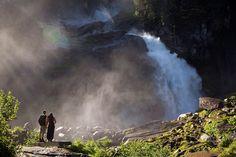 Mit 385 Metern der höchste Wasserfall Europas: die Krimmler Wasserfälle in Österreich nahe der italienischen Grenze. Das Wasser stürzt in dr...