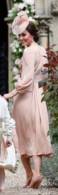 Kate Middleton: Dress – Alexander McQueen shes – Gianvito Rossi Earrings – Kiki McDonough