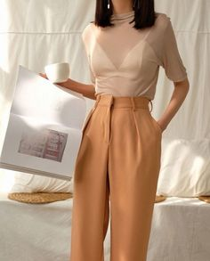 Ides inspiration tenues automne hiver lifestyle fashion mode trendy bebadass christmas inspiration best women s business suits affordable to designer Fashion Mode, Aesthetic Fashion, Look Fashion, Aesthetic Clothes, Korean Fashion, Womens Fashion, Fashion Spring, Trendy Fashion, Vintage Chic Fashion