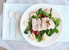 Groene salade met gegrilde kip; een frisse salade boordevol vitamines. Lekker als lunch, maaltijdsalade of als side dish bij de barbecue.