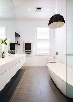 Kies grote #tegels voor je #badkamer Ook de keuze van de tegels hebben invloed op het gevoel van ruimte. Combineer donkere #vloertegels met lichte wandtegels om je kleine #badkamer visueel groter te maken. Plaats geen kleine tegels in een kleine badkamer.