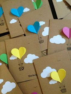 comment faire vous-memes une jolie carte d'anniversaire de couleur beige avec ballons colorés                                                                                                                                                                                 Plus