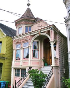 Cake piping techniques applied to house facades #sanfrancisco #victorian #victorianhouse #victorianarchitecture #houseportrait #casas…