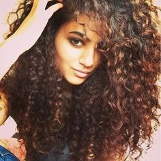 Come lavare e trattare i capelli ricci e crespi How to wash and treat curly and frizzy hair woman face long hair curls hands jeans Curls For Long Hair, Big Hair, Wavy Hair, Frizzy Hair, Dyed Hair, Natural Curls, Natural Hair Styles, Long Hair Styles, Natural Hair Inspiration