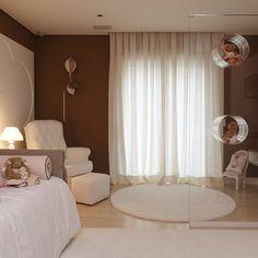 Estante em acrílico usada como divisória. #inhousedesigners #quartoinfantil #decoração #interiordesign #quarto #estante #paredetrabalhada #quartodemenina #designdeinteriores #Padgram