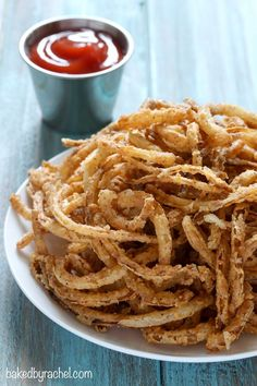 Easy homemade crispy fried seasoned onion strings recipe from A perfect topping for salads, burgers and more! Easy homemade crispy fried seasoned onion strings recipe from A perfect topping for salads, burgers and more! I Love Food, Good Food, Yummy Food, Healthy Food, Vegetable Dishes, Vegetable Recipes, Poulet Caprese, Onion Strings, Carnival Food