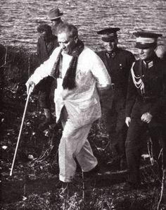 Atatürk Yassıada'da Kont Henry Bulwer Şatosu Önünde. (14-17 Ekim 1932) | MustafaKemâlim