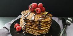 Nedeľné raňajky sú pre mňa vždy pomalé, neskoré a výnimočné. A také sú aj tieto - banánové lievance s čokoládou. Jednoduché a pritom strašne chutné. Banana Pancakes, Cookies, Breakfast, Healthy, Sweet, Crack Crackers, Morning Coffee, Candy, Plantain Pancakes