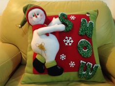 cojines navideños 2014 - Buscar con Google Snowman Crafts, Christmas Projects, Diy And Crafts, Christmas Crafts, Christmas Decorations, Holiday Decor, Christmas Sewing, Christmas Fabric, Beaded Christmas Ornaments