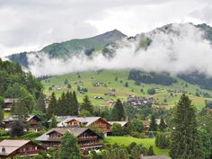 Des lacs d'altitude aux neiges éternelles en passant par les fromageries d'alpage, laissez-vous séduire par le charme authentique de la région du Saanenland, en Suisse : http://www.geo.fr/voyages/voyages-geo/suisse-le-charme-authentique-du-saanenland/