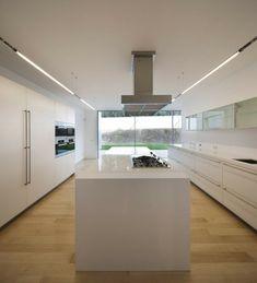 cocina al estilo minimalista blanca con suelo de madera