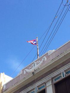 Escudo y Bandera de Puerto Rico. Hora adecuada y escudo en buenas condiciones. 3:21