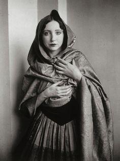 Anaïs Nin drapée dans un châle, 1932 (Brassai)